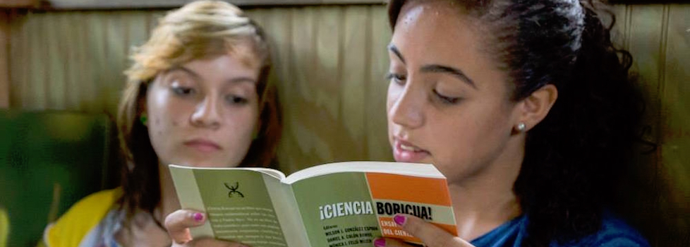 Students reading ¡Ciencia Boricua!